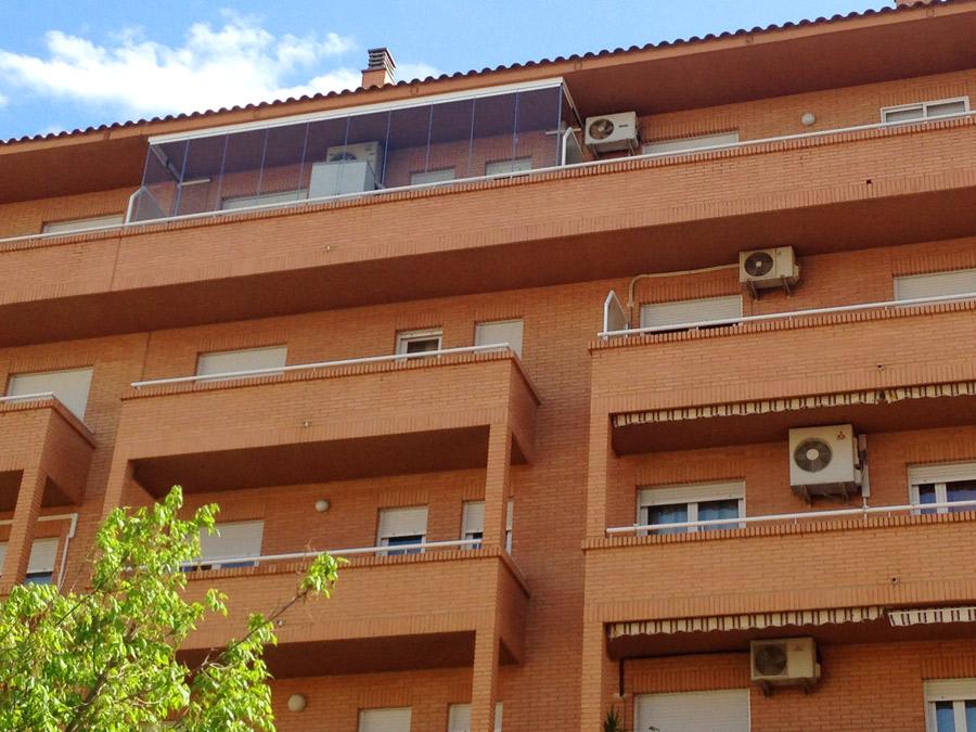 Terraza con cortina de cristal cerramientos de terrazas for Cortina cristal terraza